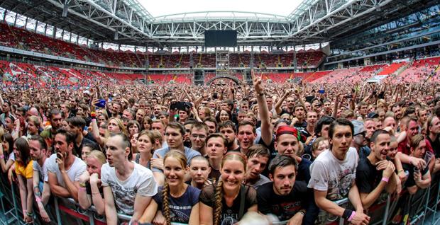 Более 43 тысяч человек собрались на стадионе «Открытие Арена», чтобы с огнём и фейерверками отметить 25-летие радио MAXIMUM - OnAir.ru