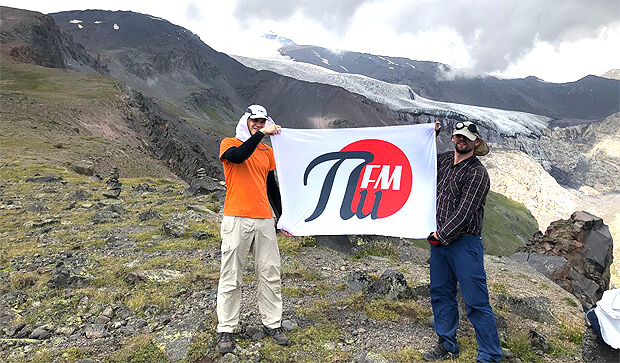 Радиостанция ПИ ФМ поднимает флаг на вершине Эльбруса - OnAir.ru